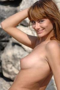 Model Iren in Stone Wall
